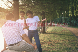 k5191 - teens convincing dad in late afternoon sunlit green park