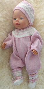dollknittingpattern 0155d betsy - suit with short legs, bonnet and socks-(english)